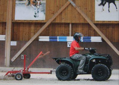 quad yamaha kodiak dans carrière de centre équestre